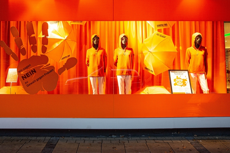 Zum Start von Orange the world: Schaufenster des Kaufhauses Ahrens leuchtet ORANGE Foto: Anna Scheidemann, Marburg
